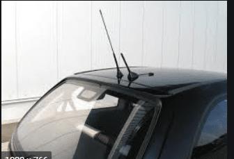 Omnidirectional wire monopole antenna on a car to receive FM radio